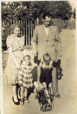 Lisięcice. Fotografia rodzinna na tle sadu.