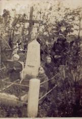 Kiwerce. Na cmentarzu przy pomniku z figurą Matki Boskiej.