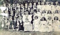 Lisięcice. Zdjęcie grupowe dzieci pierwszokomunijnych z ks. Mikołajem Twardochem w 1959 roku.