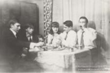 Katowice-Bogucice, I poł. lat 60. W domu rodzinnym Jerzego Kukuczki w Katowicach-Bogucicach, z grupą znajomych. Jerzy Kukuczka (pierwszy od lewej), Jan Murek