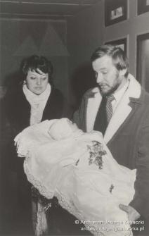 Katowice- Zadole, kościół. Jerzy Kukuczka i Cecylia Kukuczka trzymający Wojtka Kukuczkę podczas jego chrzcin