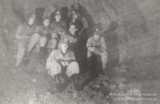 Lata 60 XX w. Grupa grotołazów w jaskini, Bożena Szyszko (druga od lewej), Jan Murek (trzeci od lewej na drugim planie), Andrzej Bara (mężczyzna bez kasku)