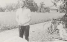 Istebna, Jerzy Kukuczka, Maciej Kukuczka i Cecylia Kukuczka w ogrodzie domu rodzinnego