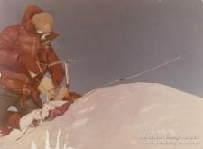 Jerzy Kukuczka z flagą Katowic na szczycie Mount Everest