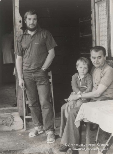 Istebna. Jerzy Kukuczka, Wojciech Kukuczka i Zdzisław Ogrodziński przed domem rodzinnym