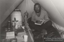 Manaslu 1986, Jerzy Kukuczka czytający w namiocie
