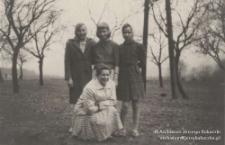 Istebna, Olecki, Lata 60. XX w. Zuzanna Kukuczka (pierwsza od lewej), Jadwiga Kukuczka (siostra), nn, Jadwiga Kukuczka (kuzynka Jerzego Kukuczki, kucająca)