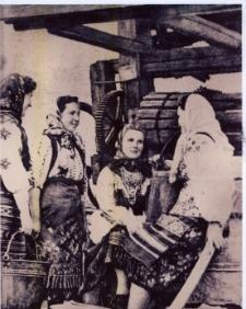 Bajkowce. Mieszkanki wsi na tle studni cembrowanej, 1939 r.