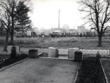 Kietrz. Budowa boiska szkolnego. Widok z podwórka Zespołu Szkół.