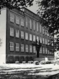 Kietrz. Widok na front budynku Liceum Ogólnokształcące.