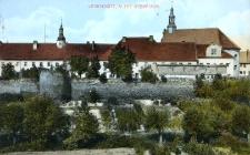 Głubczyce. Widok z Przyrowia na mur obronny w ogrodzie franciszkanów oraz na kościół i klasztor franciszkanów 1921 r.