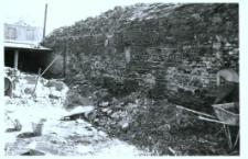 Głubczyce. Prace remontowe muru zewnętrznego przy klasztorze od strony wschodniej.
