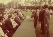 Głubczyce. Powitanie gości i prezentacja wieńców podczas dożynek gminnych, 1988 r.