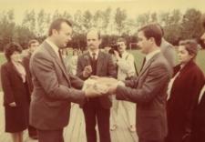 Głubczyce. Powitanie władz chlebem przez starostów dożynek gminnych 1988.