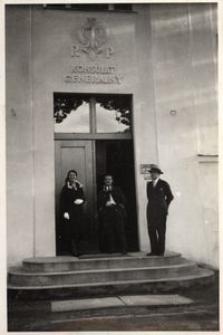 Przed gmachem Konsulatu Gen. R.P. w Opolu, stoją: pp. Machocianka, Dombek, Olszewski