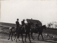 Z raidu[!] Konnego 5-6. III od lewej do prawej: pp. Helena Malhomme, Konsul Generalny Leon Malhomme i Karol Kajzar, rolnik w Kojkowcach, prezes Banderji