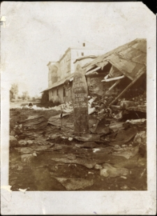 """Brzeżany. Niewybuch rosyjski z pierwszej wojny światowej podczas bombardowania zamku Sieniawskich z napisem """"Ein Russo grusst Brezezany""""."""