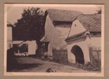 Rozumice. W tle frankońskie gospodarstwo Maxa Gritnera, po prawej spichlerz i lamus Maxa Kremsera.