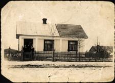 Dubno. Fotografia rodzinna na tle domu.