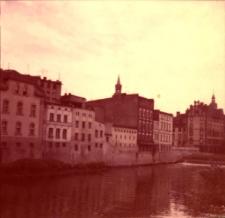 Opole. Kanał Młynówka, widok na budynki przy ulicy Szpitalnej. Lata 80. XX.