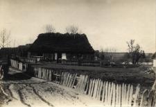 Brzeżany. Ogacona (ocieplona) chata wiejska pod Brzeżanami. Około 1914 r.