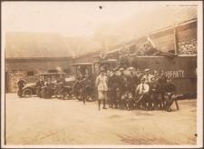 """Zołnierze siedzący przed samochodem """"Korfanty"""""""