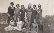Pani Palińska z młodymi dziewczętami na budowie Kopca Wyzwolenia w Piekarach Śląskich