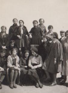 Młodzież szkolna na Kopcu Wyzwolenia w Piekarach Śląskich