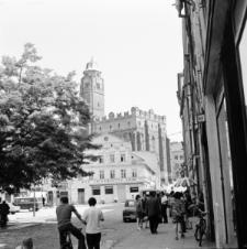 Paczków. Ulica Kościelna z widokiem na kościół św. Jana Ewangelisty.