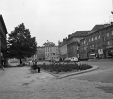 Strzelce Opolskie. Widok na zabudowania przy ulicy Rynek.