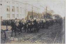 Oddział artylerii konnej wjeżdżający na Rynek