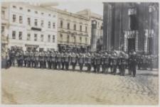 Oddziały żołnierzy prezentujących broń