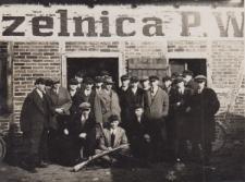 Uczniowie Gimnazjum Komunalnego w Szarleju na strzelnicy w Dąbrówce Wielkiej