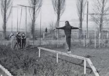 Uczniowie podczas zajęć gimnastycznych na placu przy Miejskiej Szkole Podstawowej Nr 10 w Piekarach Śl.