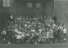 Uczniowie przed budynkiem szkoły w Brzozowicach-Kamieniu.