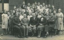Uczniowie wraz z nauczycielami ostatniej klasy szkoły powszechnej w Piekarach Śl.