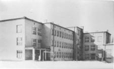 Modernistyczny gmach Publicznej Szkoły Powszechnej im. Marszałka Józefa Piłsudskiego oddany do użytku w czerwcu 1937 roku