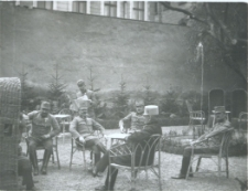 Brzeżany. Oficerowie austriaccy w ogródku przed restauracją.