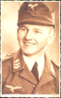 Żołnierz w mundurze niemieckiego wojska lotniczego Luftwaffe.