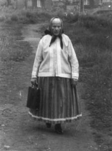 Kobieta z Piekar Śląskich w ludowym stroju śląskim
