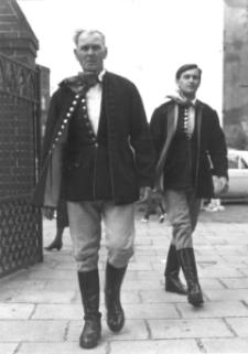 Mężczyźni z Piekar Śląskich w ludowych strojach śląskich