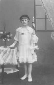 Hildegarda Łapokówna w stroju pierwszokomunijnym