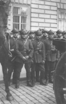 Grupa żołnierzy Armii Polskiej należących do dywizjonu artylerii konnej w Krakowie