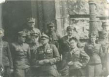 Polscy żołnierze na schodach Reichstagu po zdobyciu Berlina w maju 1945 roku