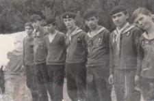 Grupa harcerzy należących do wodnej drużyny harcerskiej