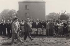 """Odsłonięcie pomnika """"Bohaterom poległym w walce o narodowe i społeczne wyzwolenie"""" w Piekarach Śląskich w 1960 roku"""