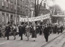 Uczniowie i nauczyciele Zespołu Szkół Zawodowych Min. Górnictwa na pochodzie pierwszomajowym w Piekarach Śląskich