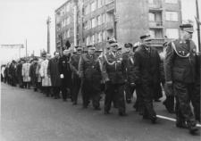Kombatanci na pochodzie pierwszomajowym w Piekarach Śląskich
