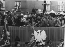 Trybuna honorowa podczas pierwszomajowego pochodu w Piekarach Śląskich