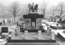 Pomnik pamięci poległych i pomordowanych w czasie II wojny światowej na cmentarzu w Brzezinach Śląskich
